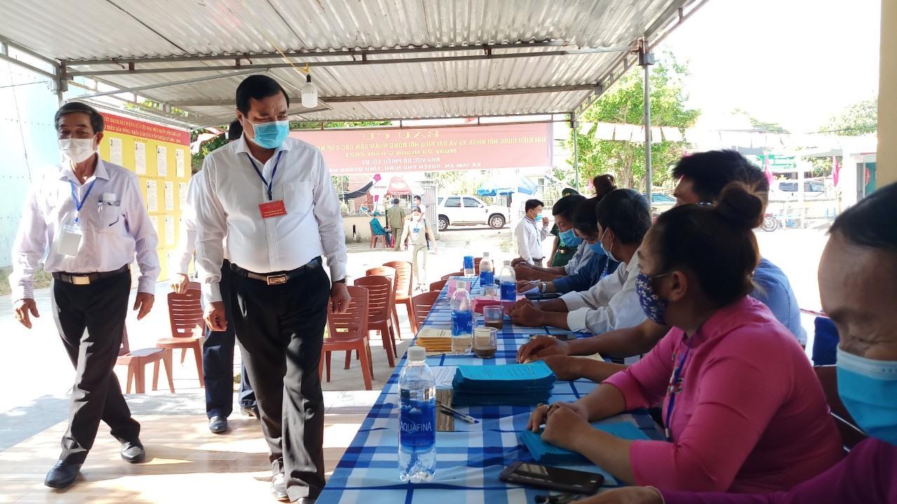 Đồng chí Phan Việt Cường kiểm tra tại điểm bỏ phiếu xã Tam An (Phú Ninh).
