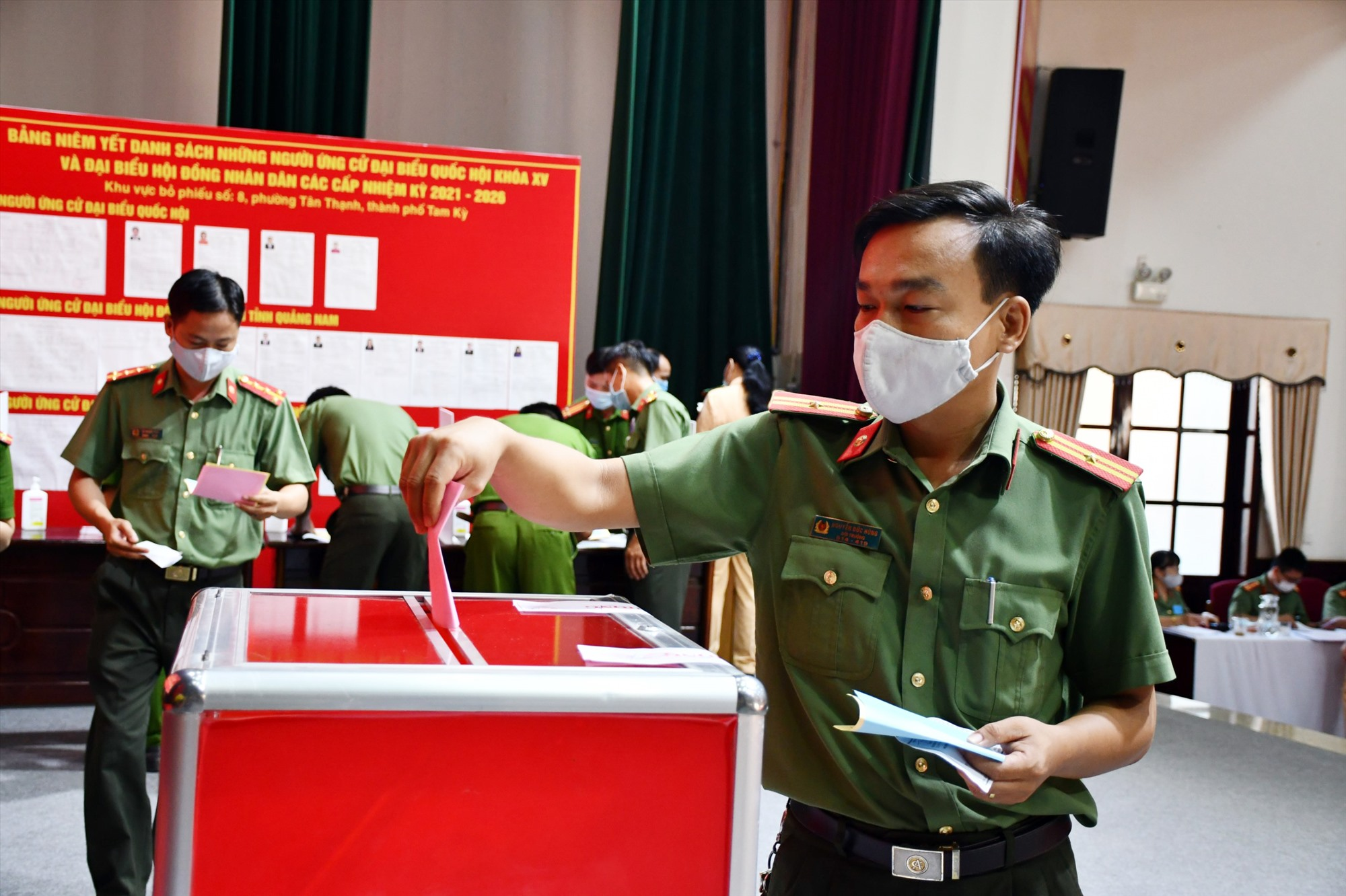 Cán bộ chiến sĩ bỏ phiếu tại điểm bầu cử số 8.