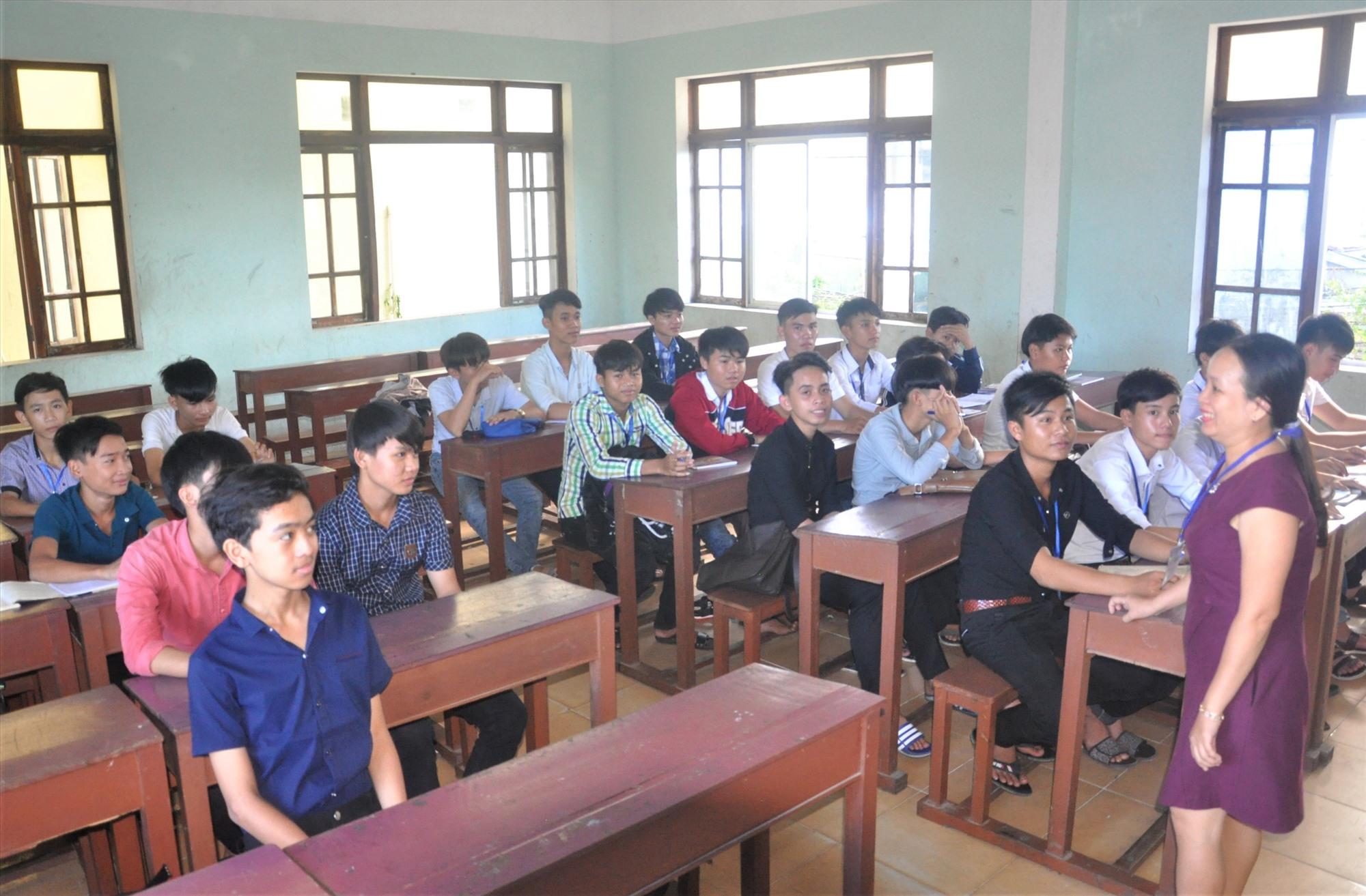 Học sinh sau khi tốt nghiệp THCS theo học tại Trường Cao đẳng Kinh tế kỹ thuật Quảng Nam. Ảnh: X.P