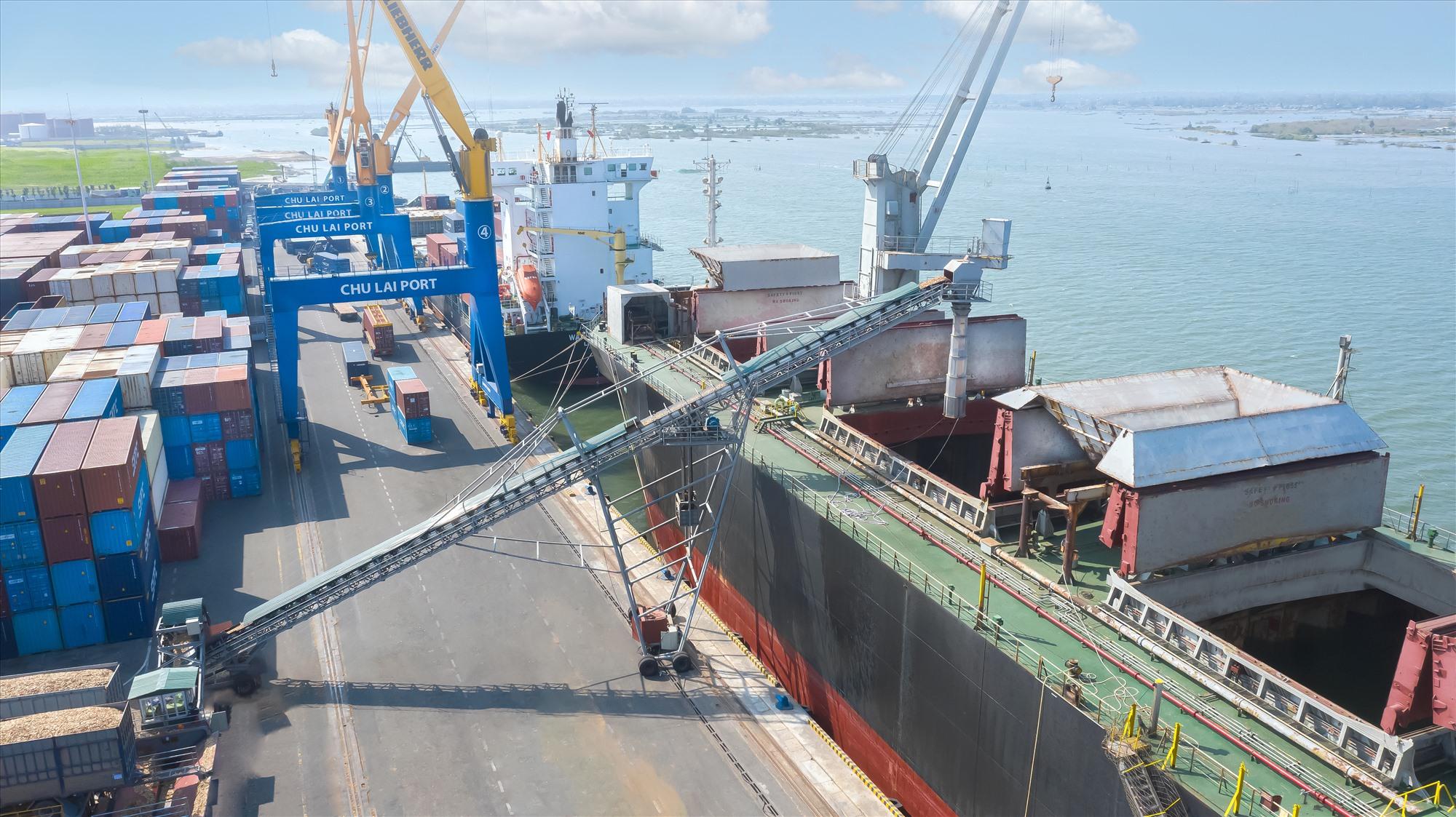 Dăm gỗ được đưa lên tàu bằng băng chuyền để xuất khẩu.