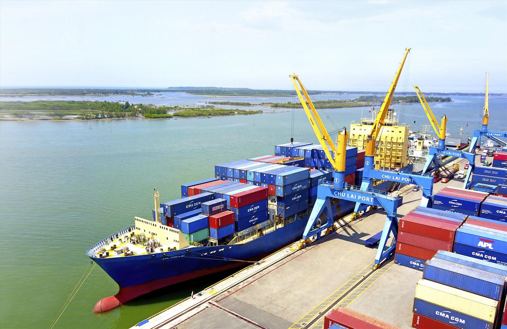 Tàu thuộc hãng APL cập bến và làm hàng tại cảng Chu Lai.