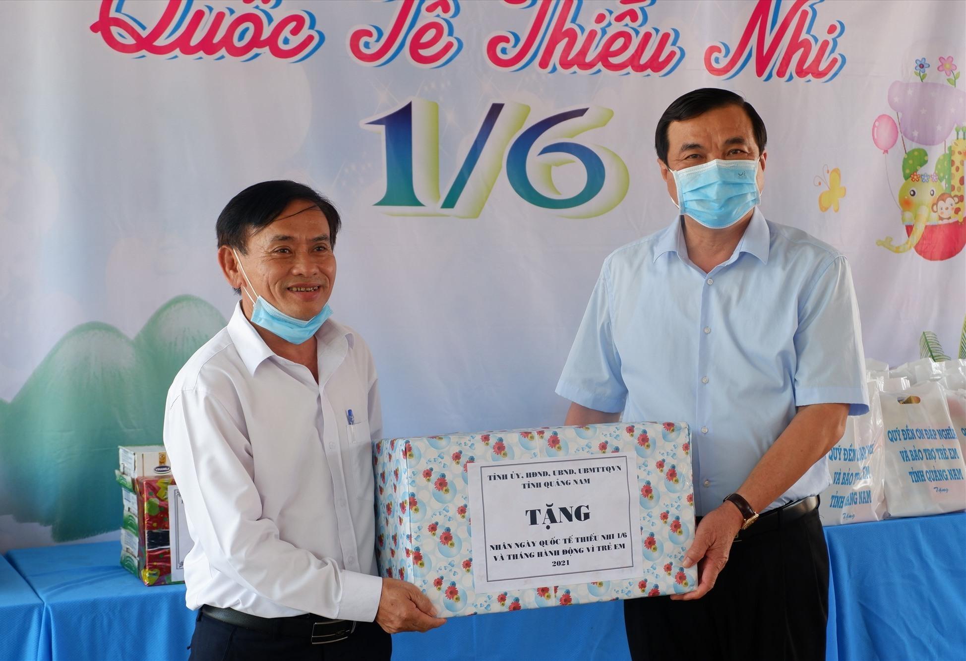 Bí thư Tỉnh ủy Phan Việt Cường tặng quà cho đại diện địa phương. Ảnh: X.H