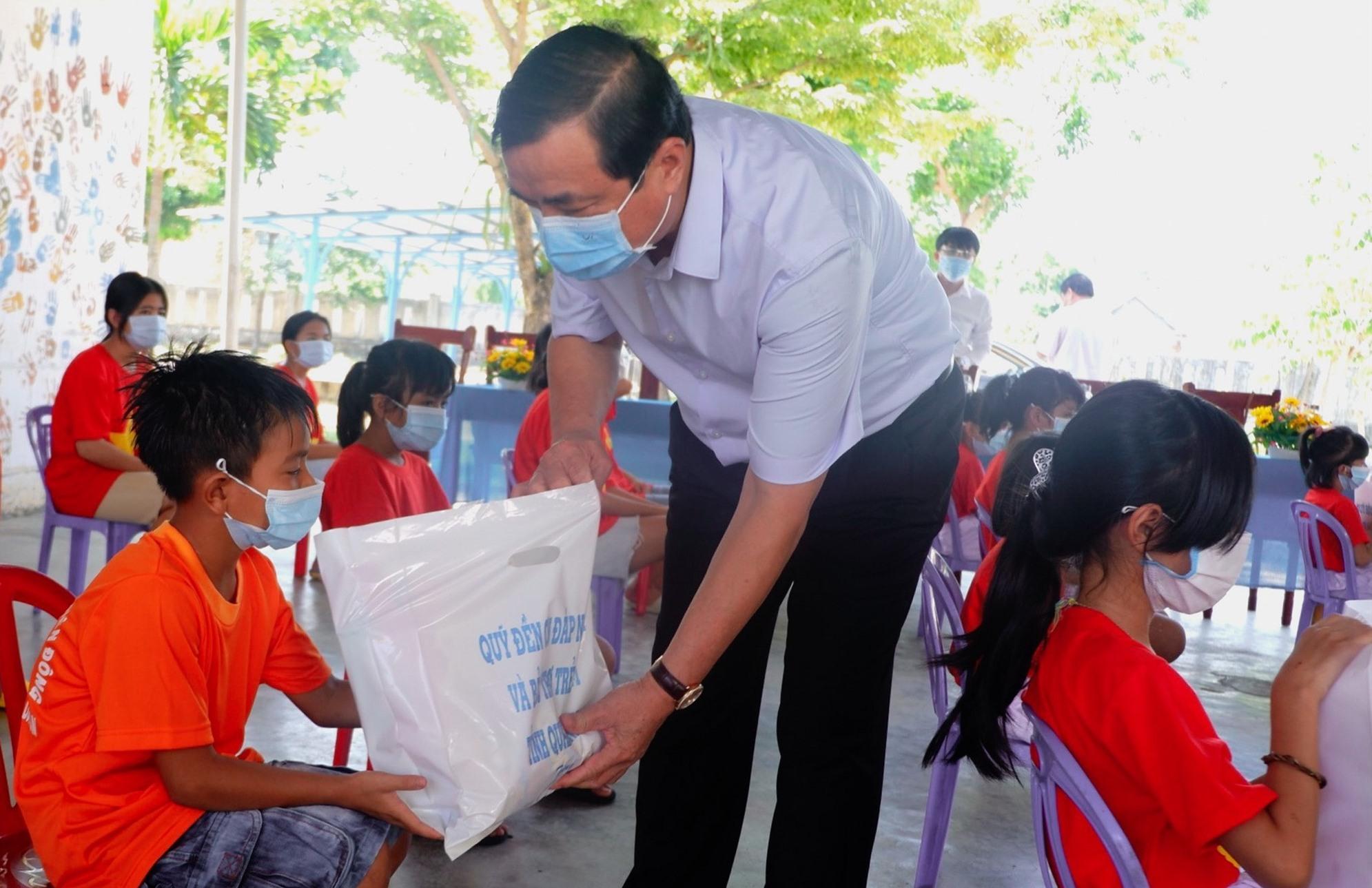 Bí thư Tỉnh ủy Phan Việt Cường trao quà cho các em thiếu nhi Làng trẻ Hòa Bình. Ảnh: X.H