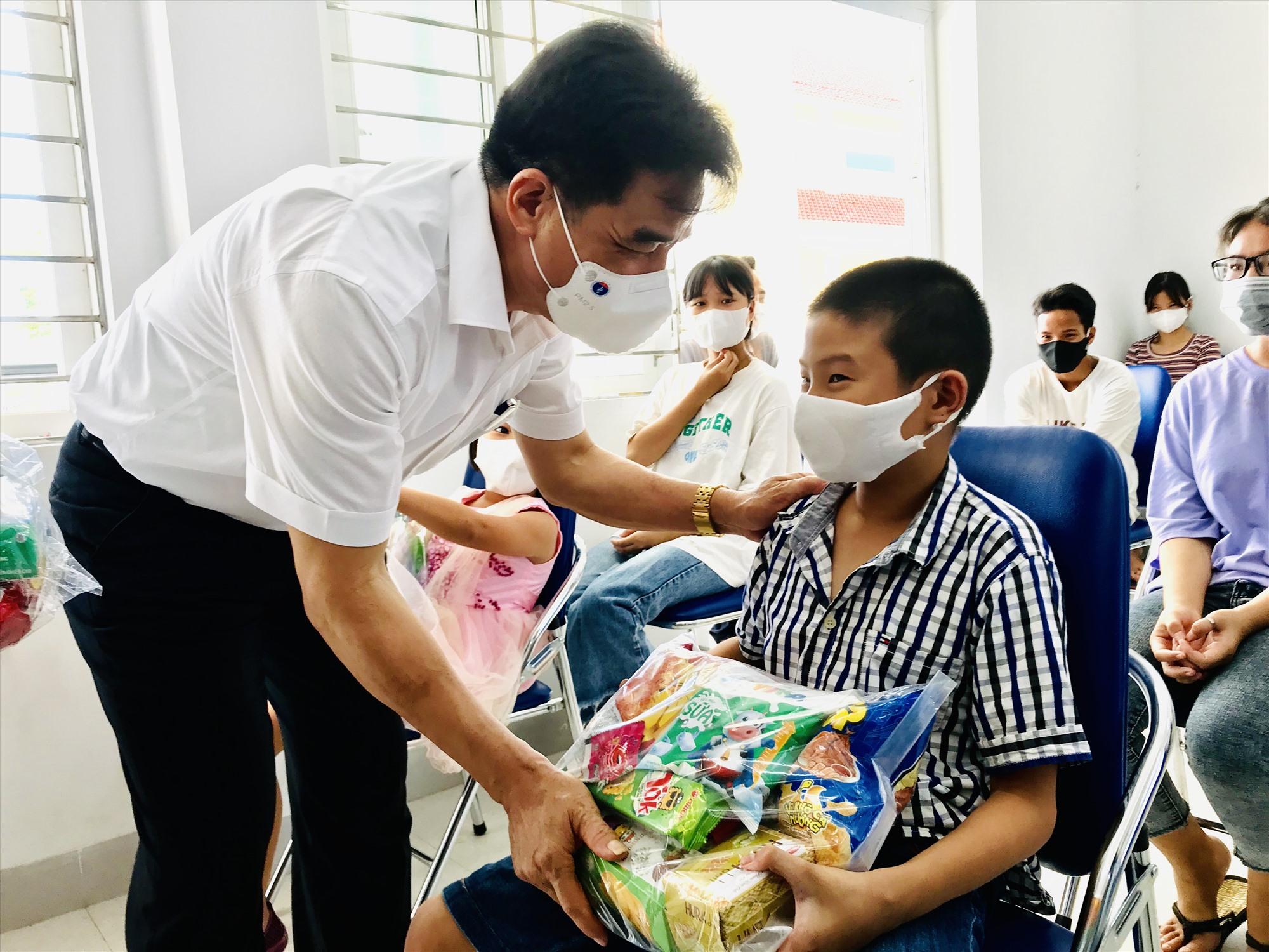 Lãnh đạo tỉnh trao quà cho trẻ em tại Trung tâm bảo trợ xã hội Quảng Nam nhân Ngày quốc tế thiếu nhi. Ảnh: Q.T