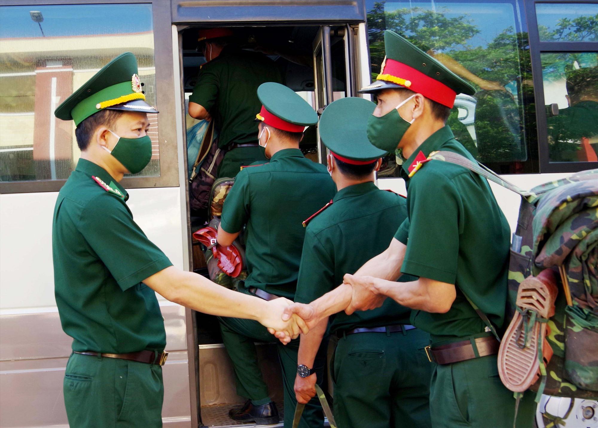 Đại diện lãnh đạo Bộ Chỉ huy BĐBP Quảng Nam tiễn các chiến sĩ lên đường. Ảnh: N.A