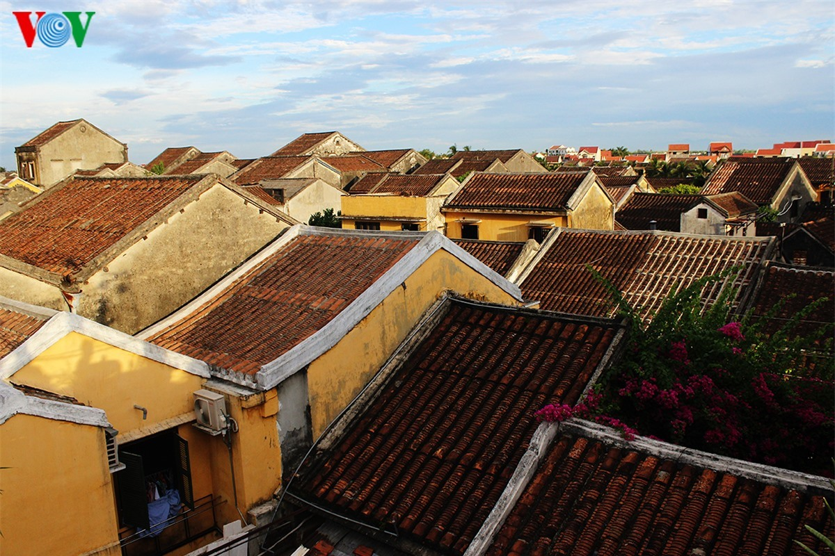 Tran Phu street may be the main street where the number of significant architectural structures and ancient houses dominates in Hoi An. Being looked from above, the ancient tiled roofs look like a picture.