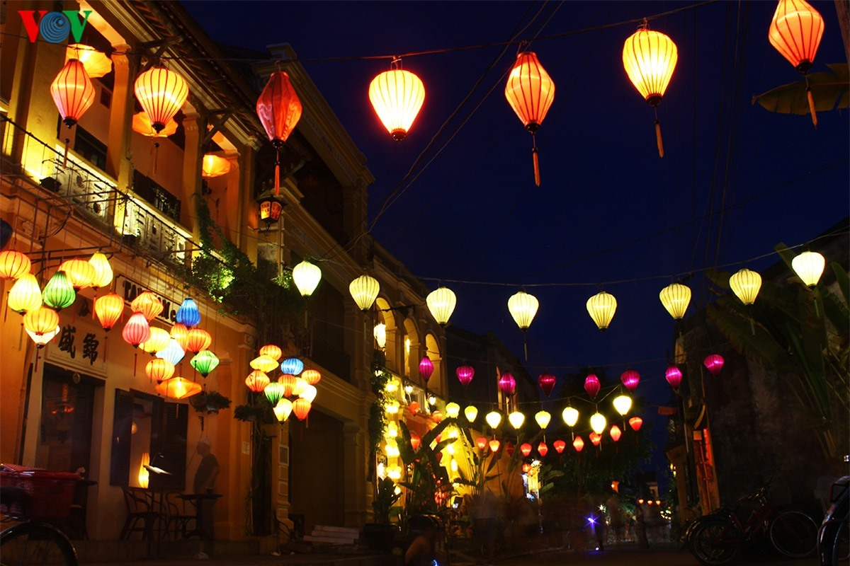 Hoi An at night looks more sparkling with colourful lanterns along the streets.