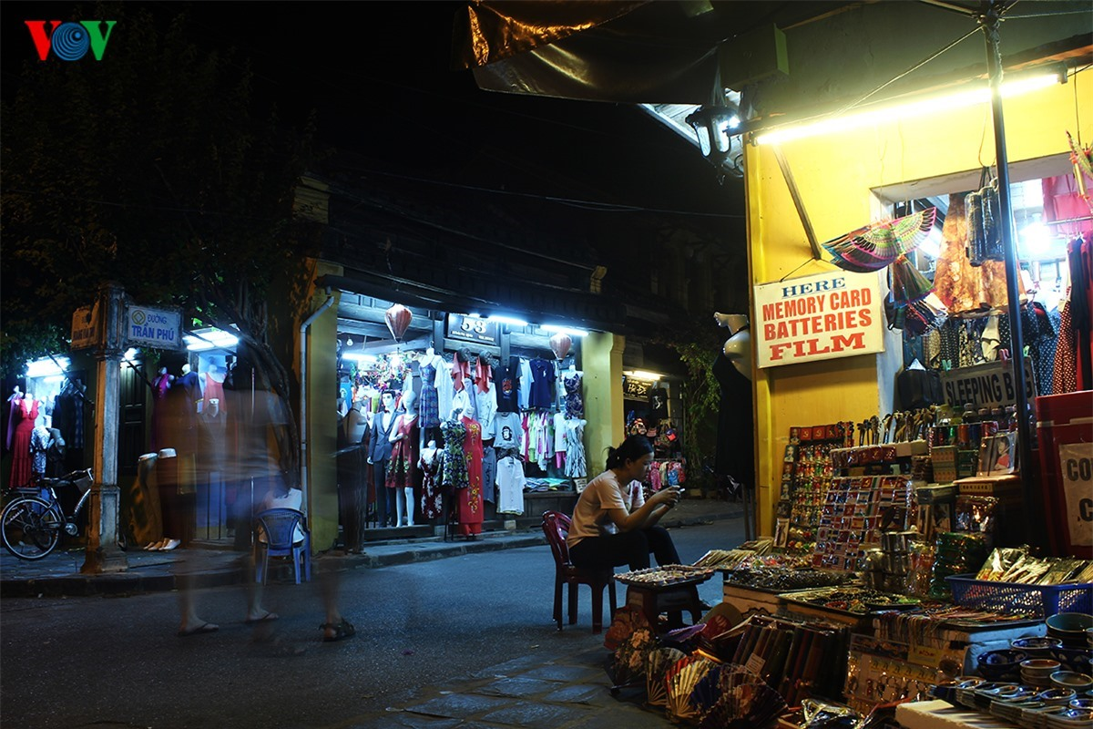 Stalls for souvenirs are at street corners.