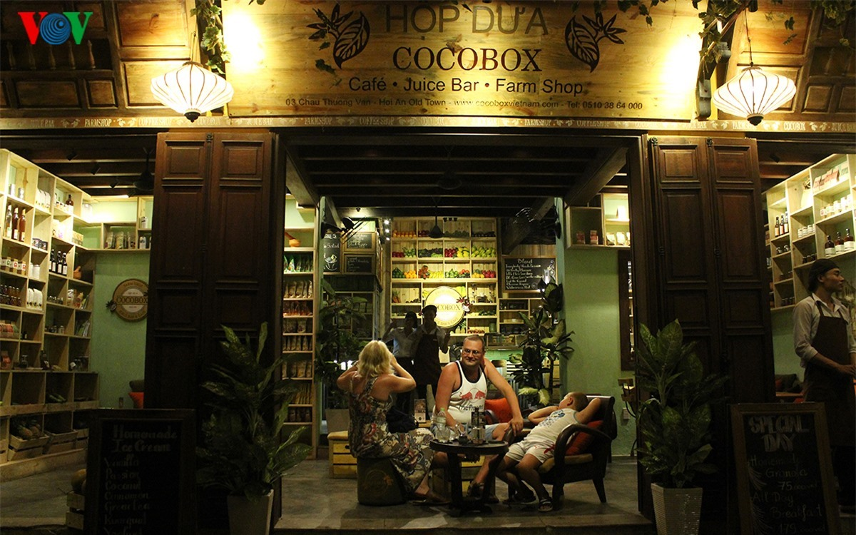 The cafés in Hoi An ancient town are also special and interesting thanks to good drinks and beautiful space.