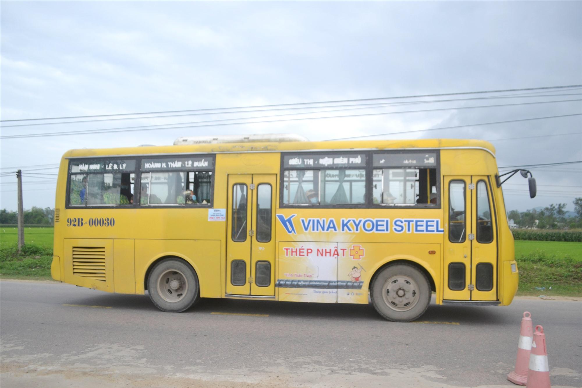 Sở GTVT Quảng Nam đề nghị xe buýt ra Đà Nẵng thực hiện cắt giảm chở số người trên xe. Ảnh: CT