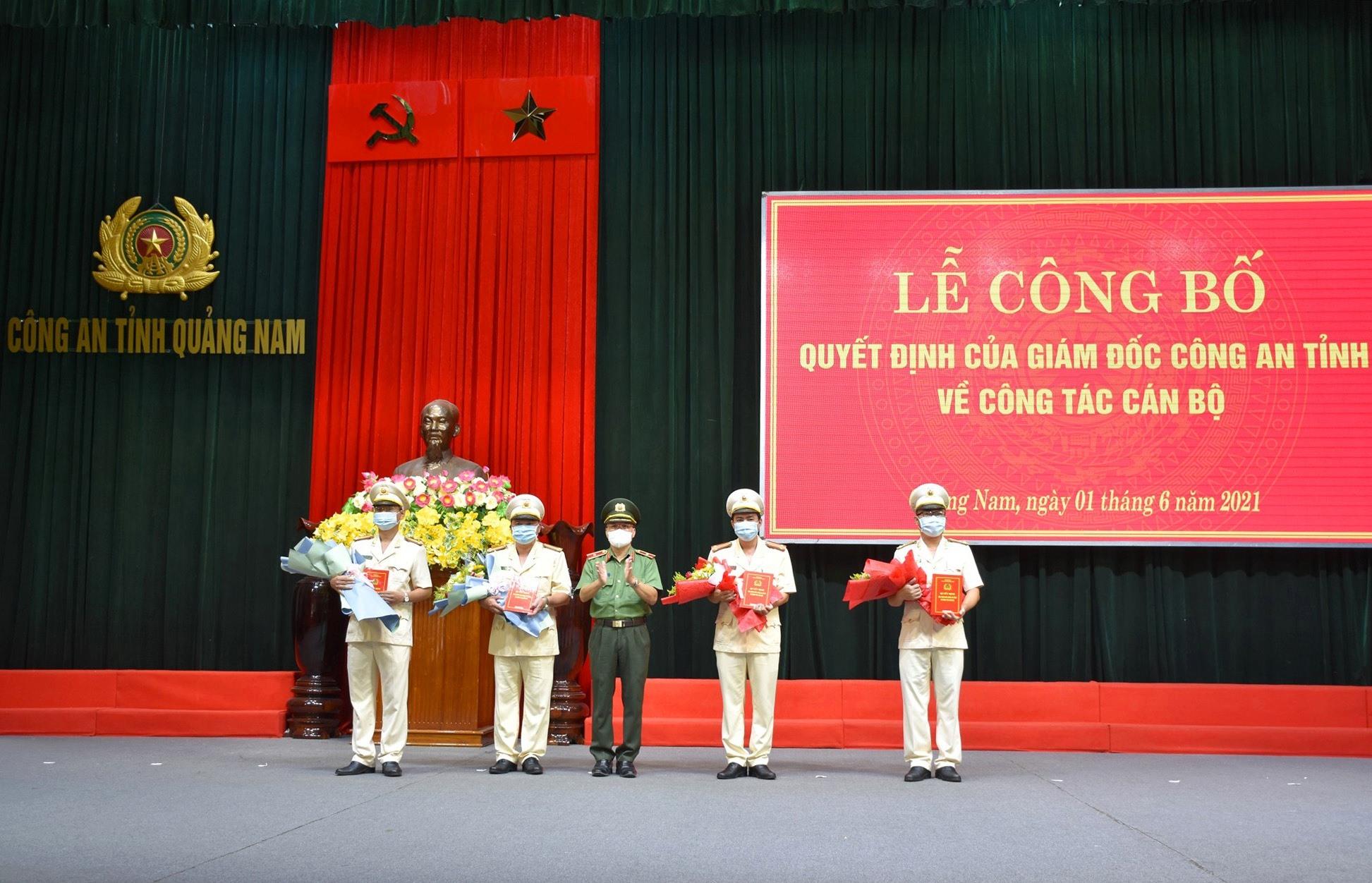 Thiếu tướng Nguyễn Đức Dũng - Giám đốc Công an tỉnh trao quyết định điều động cho các nhân sự mới được bổ nhiệm. Ảnh: M.T