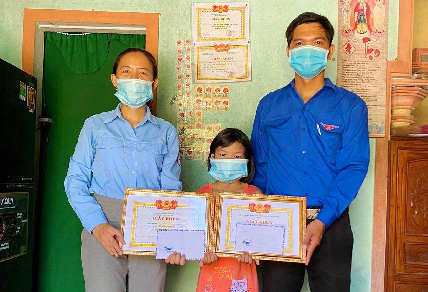 Đoàn thanh niên xã Tiên Mỹ và Liên đội trường Tiểu học Tiên Mỹ đến thăm tuyên dương khen thưởng em Võ Thị Thanh Phương, học sinh lớp 1C