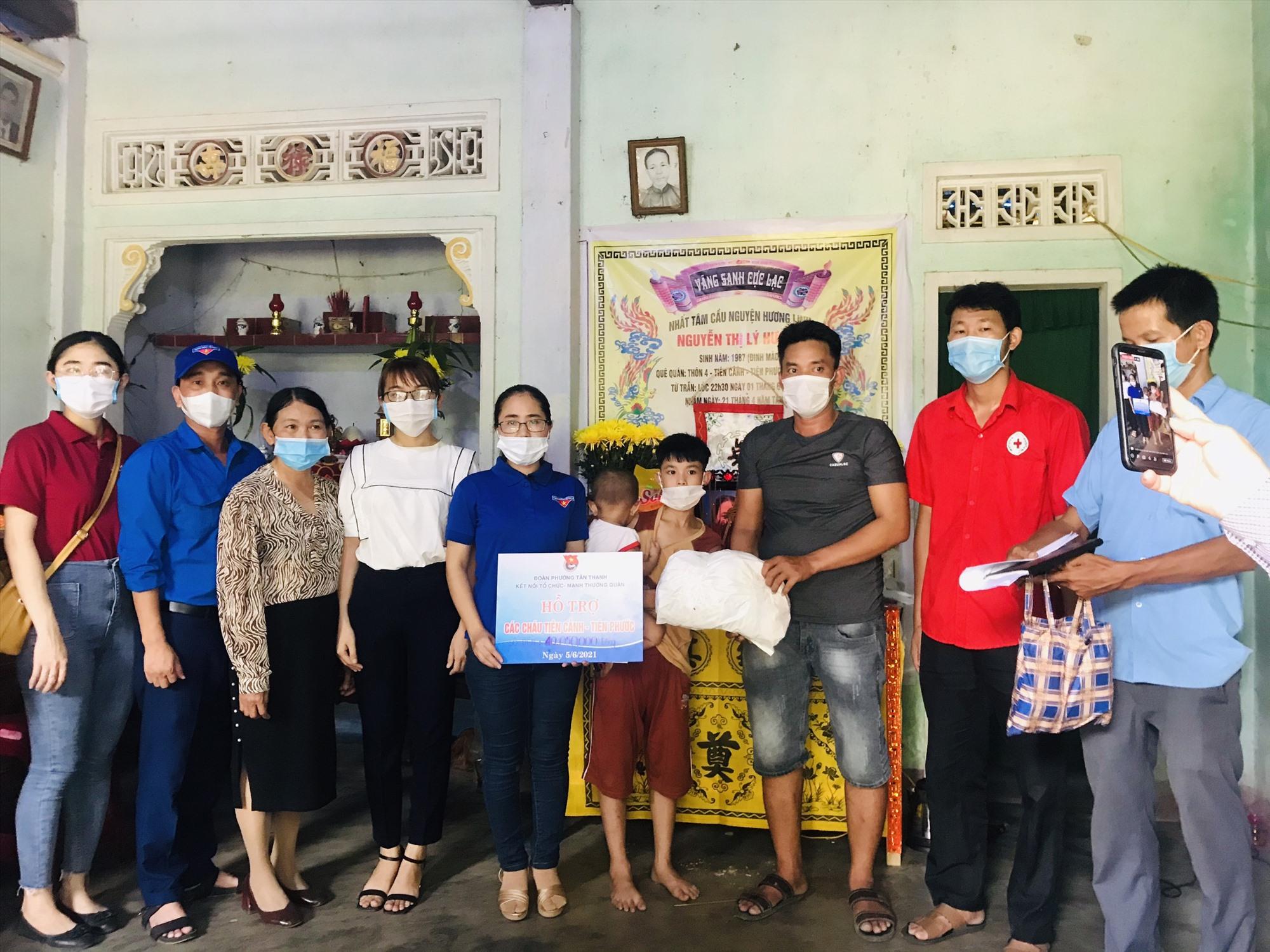 Thời gian qua, nhiều tổ chức, cá nhân hỗ trợ 3 cháu bé mồ côi mẹ. Trong ảnh: Đoàn phường Tân Thạnh hỗ trợ gia đình các cháu trong tuần qua. Ảnh: ĐPTT.