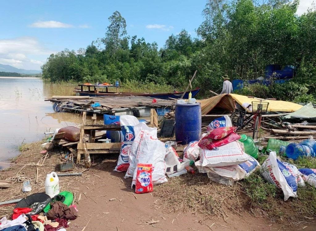 Lồng bè nuôi cá của hộ ông Trương Văn Lành bị đánh sập toàn bộ trên lòng hồ Khe Tân. Ảnh: H.L