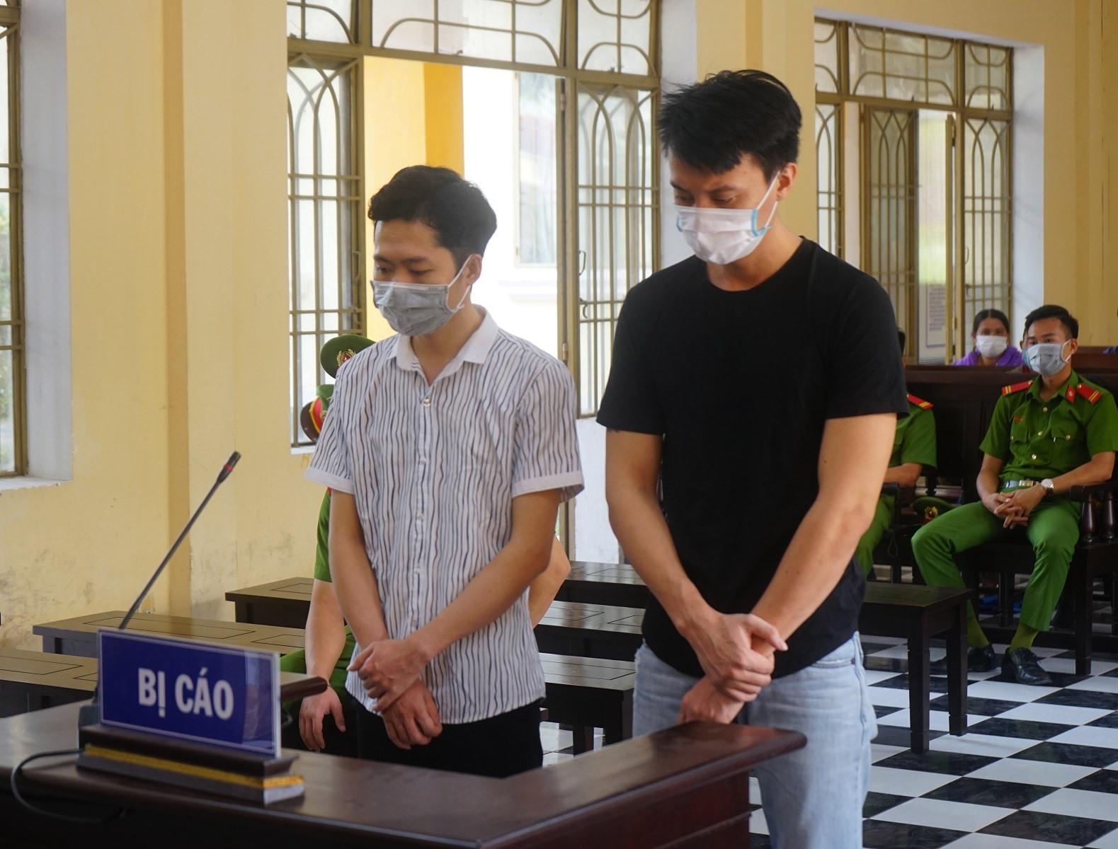 2 bị cáo Thành và Quang tại phiên tòa. Ảnh: PHƯƠNG LOAN.