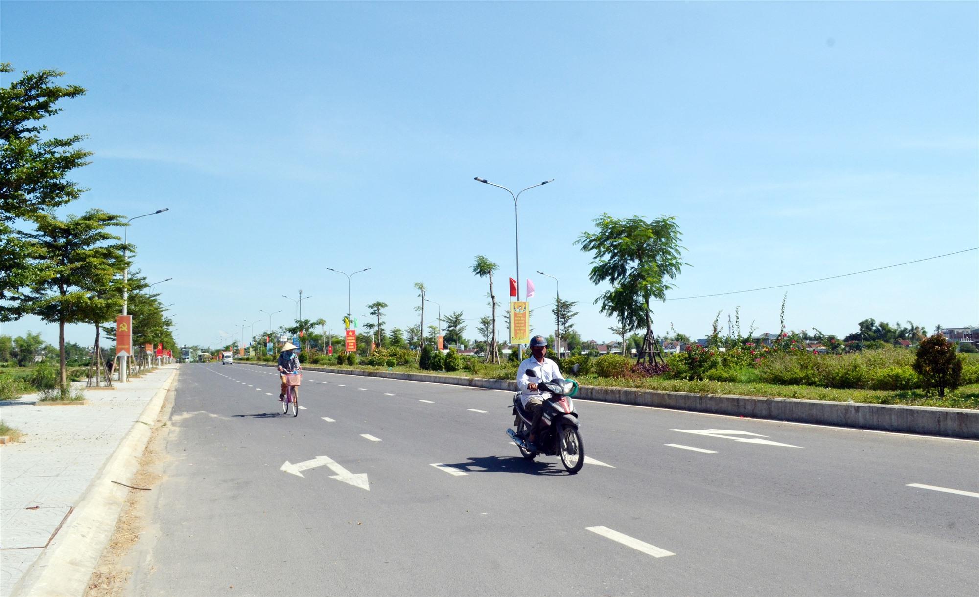 Nhờ thực hiện tốt công tác dân vận, người dân sớm bàn giao mặt bằng nên dự án đường nội thị Hà Lam (Thăng Bình) được triển khai thuận lợi. Ảnh: VIỆT NGUYỄN