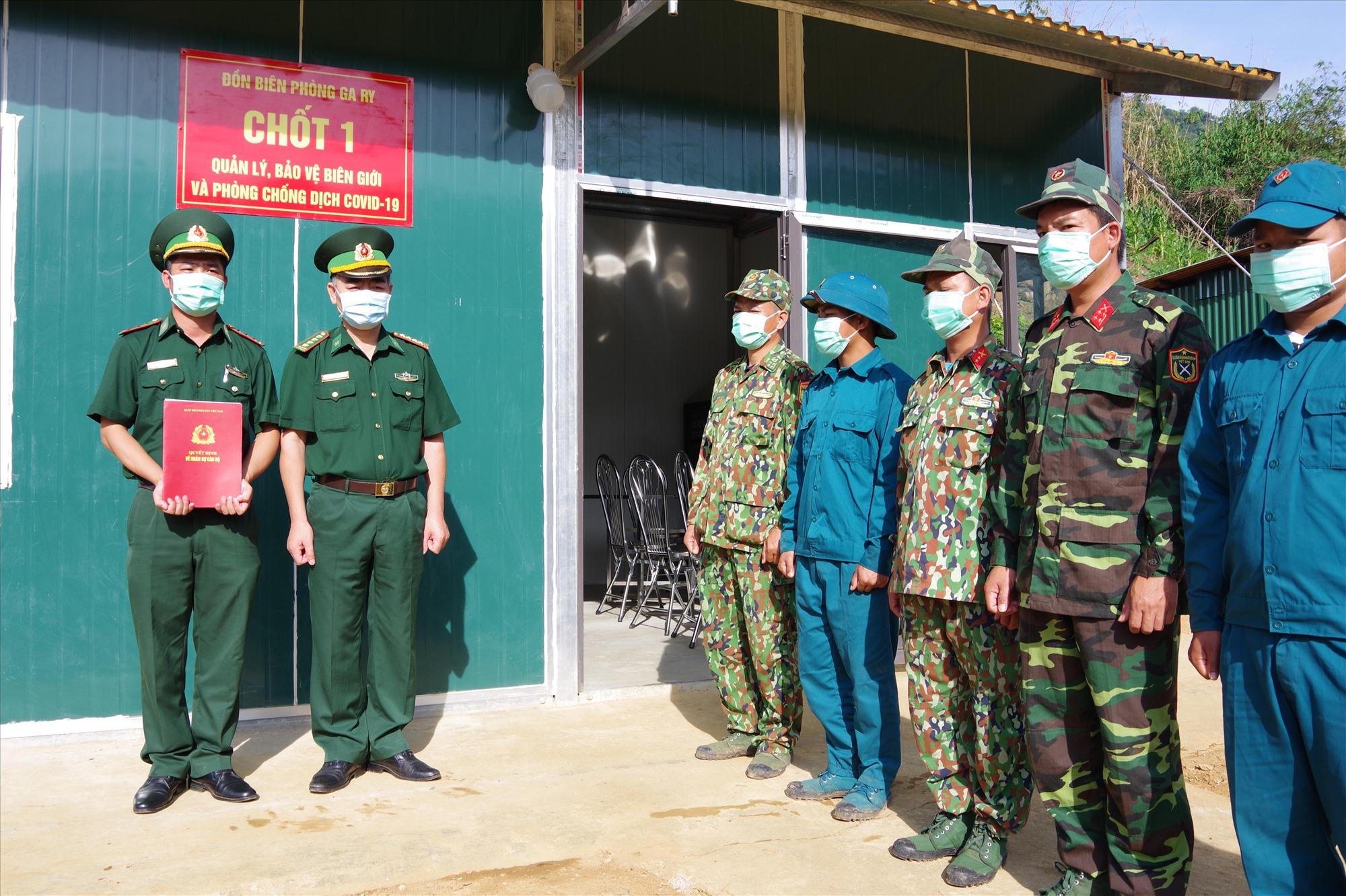 Đại tá Nguyễn Bá Hưng  - Phó Chính ủy BĐBP tỉnh trao quyết định cho Thượng úy Trương Văn Chính tại chốt kiểm soát do đồn BP GaRy quản lý. Ảnh: HUỲNH CHÍN