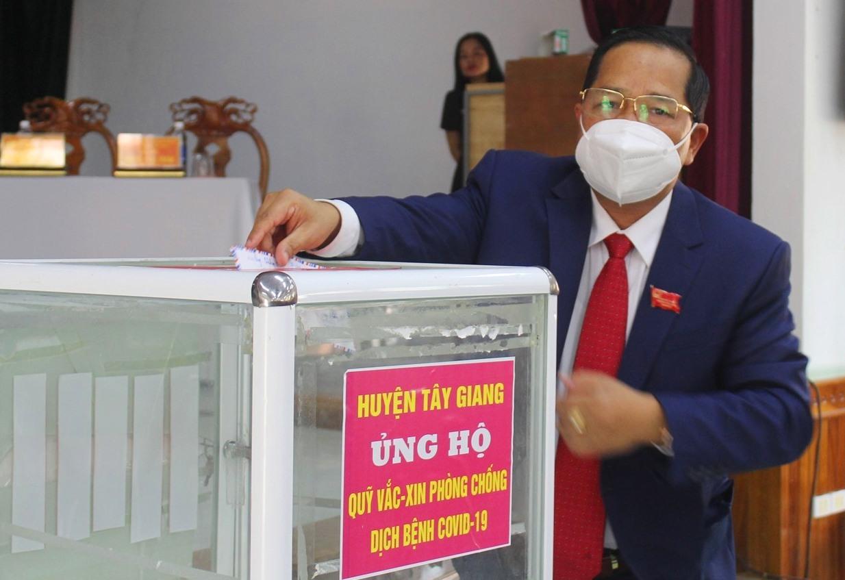 """Chủ tịch HĐND huyện Bhling Mia ủng hộ """"Quỹ hỗ trợ Vác xin phòng chống dịch Covid-19""""."""