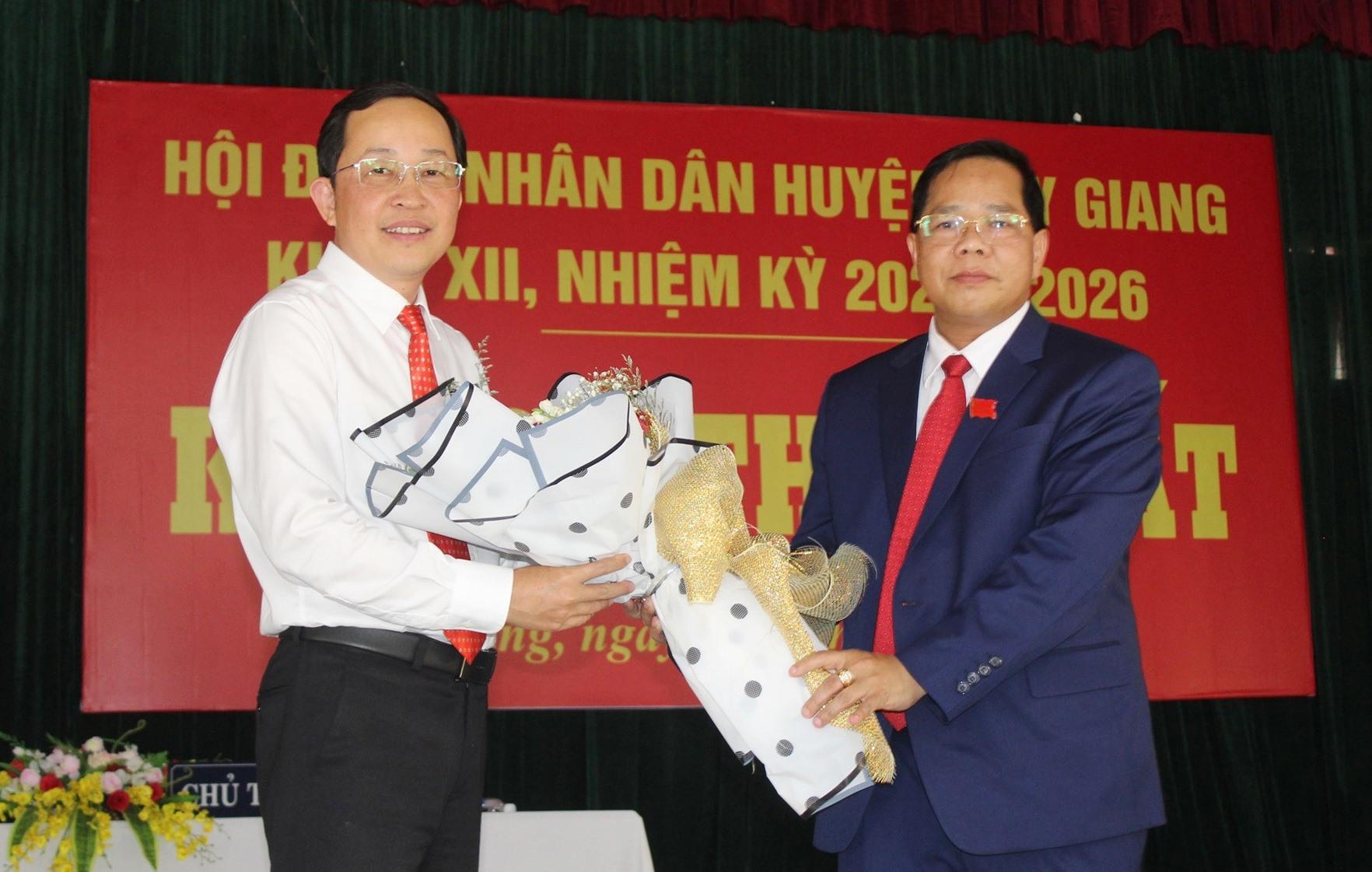 Ông Bhling Mia (áo xanh) và ông Nguyễn Văn Lượm được bầu giữ chức vụ Chủ tịch HĐND huyện và UBND huyện khóa XII, nhiệm kỳ 2021-2026