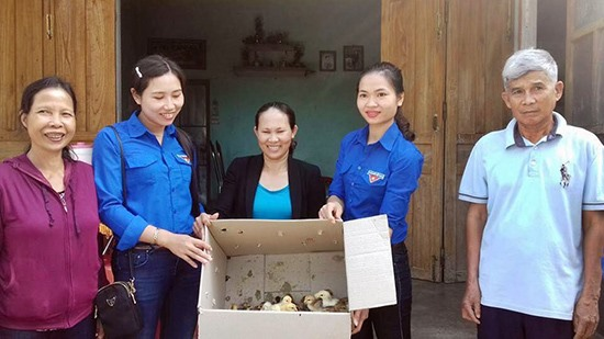 Chị Lê Thị Thương (thứ 2 từ phải sang) trao sinh kế cho người dân. Ảnh: VĂN VIỆT