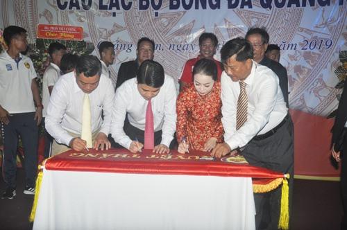 Phó Chủ tịch UBND tỉnh Trần Văn Tân cùng lãnh đạo Sở VH-TT&DL và Câu lạc bộ Quảng Nam ký vào lá cờ Quyết thắng của UBND tỉnh tặng. Ảnh: T.V