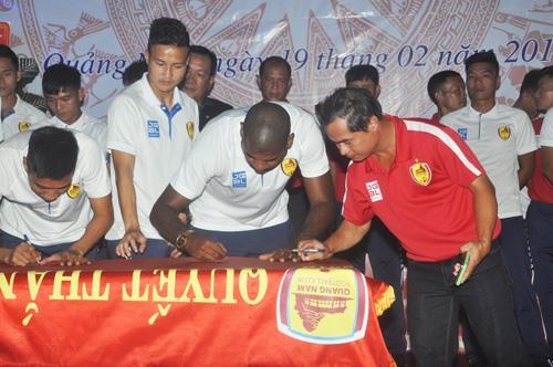 Các cầu thủ cùng ký vào lá cờ Quyết thắng, thể hiện quyết tâm thi đấu đạt kết quả cao nhất mùa giải mới. Ảnh: T.V