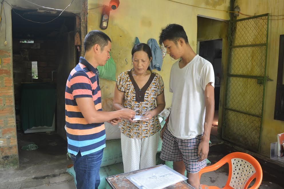 Anh Bá Hải Bùi tặng 1 triệu đồng cho gia đình bà Kiều Thị Vui (thôn An Tây, xã Tam Quang, Núi Thành).