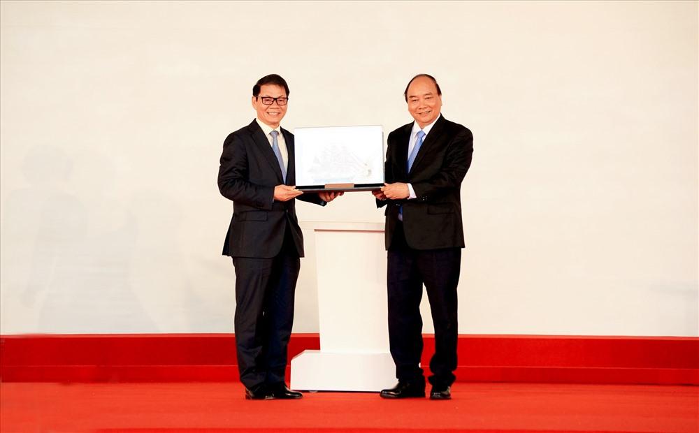 PM Phuc (R) and Chairman Tran Ba Duong