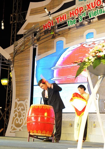 Mr Le Van Giang, Chairman of the Hoi An City People's Committee beating the drum to open the choir competition.