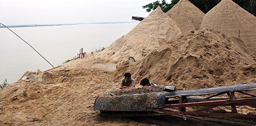 Một bến bãi cát di động vẫn tồn tại ở thượng nguồn sông Yên.Ảnh: T.H