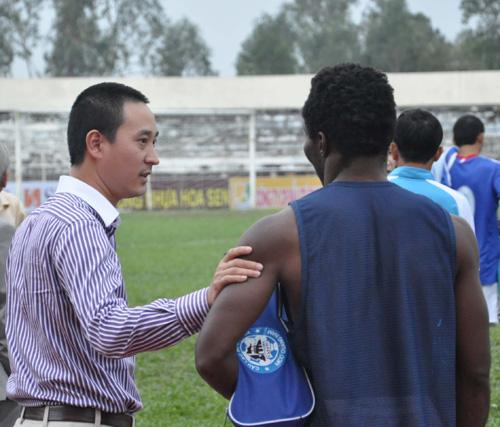 Bầu Phạm Hồng Quang (trái) thường xuyên xuống sân động viên các cầu thủ. Ảnh: A.S