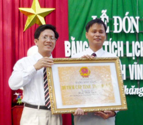 Lễ trao bằng di tích lịch sử cấp tỉnh Đình làng Vĩnh Bình.
