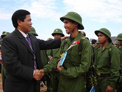 Tiễn thanh niên Tây Giang lên đường nhập ngũ.
