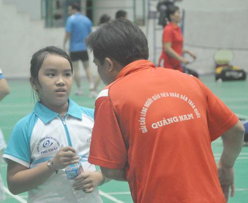 Dù mới 11 tuổi nhưng Lê Thị Dạ Thảo (CLB huyện Hiệp Đức) đã thể hiện được năng khiếu của mình trước các tay vợt đàn chị. Ảnh: A.S