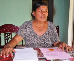 Bà Yến với xấp hồ sơ, giấy tờ chứng minh ông Liền chiếm dụng đất bất hợp pháp của gia đình bà. Ảnh: T.H
