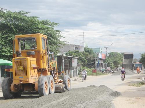 Năm qua, tỉnh ưu tiên nâng cấp 60km đoạn tuyến ĐT bị hư hỏng nặng. Ảnh: C.T