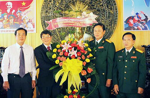 Bí thư Tỉnh ủy Nguyễn Đức Hải (thứ hai từ trái sang) tặng hoa chúc mừng Bộ Chỉ huy quân sự tỉnh.