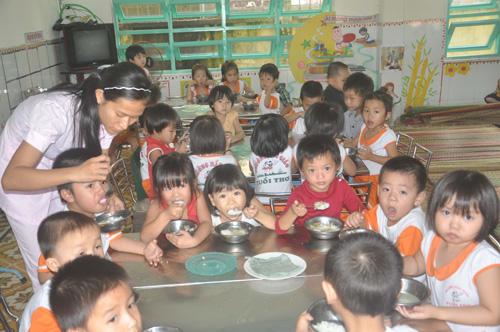Bữa ăn của trẻ tại trường Mẫu giáo Tuổi Thơ.                                                Ảnh: T.VY