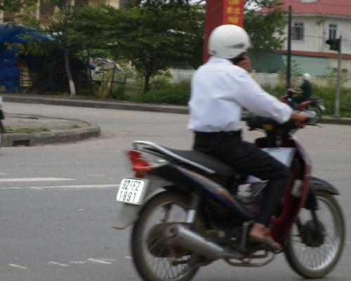 Sử dụng ĐTDĐ khi đang điều khiển xe máy làm tăng nguy cơ xảy ra TNGT (ảnh minh họa).