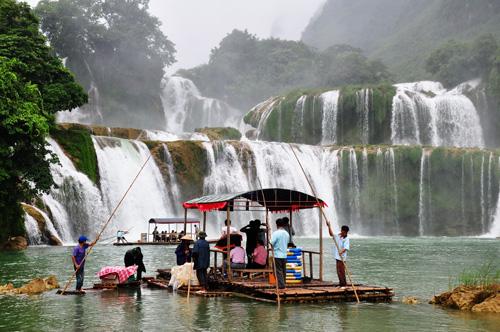 Phương tiện bè ngắm suối được cả hai phía Việt Nam và Trung Quốc cùng khai thác ở thác Bản Giốc.