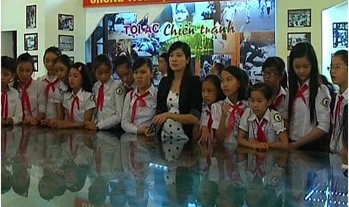 Học sinh trường THCS Nguyễn Huệ tham quan Nhà truyền thống LLVT tỉnh. Ảnh: LAN NHI