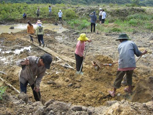 Người dân làng Ông Đông khai hoang làm lúa nước trên vùng đất mới.Ảnh: VĂN BÌNH