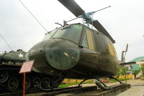 Chiếc máy bay HU-1B bị du kích xã Lăng (Tây Giang) bắn rơi năm 1968 được trưng bày tại Tam Kỳ.