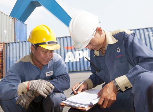 Công nhân ghi nhật ký nhập hàng ở cảng.