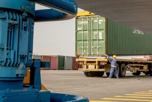 Là cảng biển đầu tư mới, hiện đại và hoàn toàn cơ giới nên rất ít công nhân tham gia công đoạn dỡ hàng.