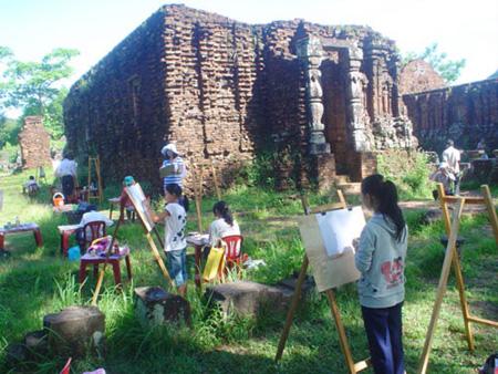 Hội thi vẽ tranh mỹ thuật tại Mỹ Sơn.