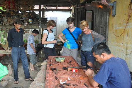 Du khách tham quan cơ sở mộc Kim Bồng.                                                                                                                                                                      Ảnh: D.HIỂN