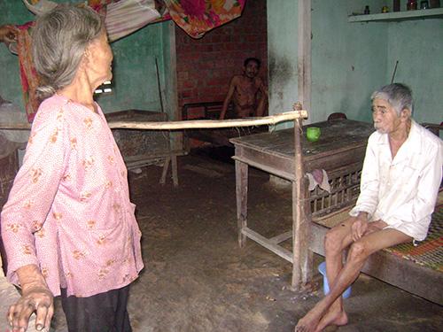 Bà Chín tuổi 77 vẫn quần quật chăm chồng và con bệnh tật.