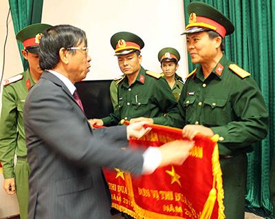 Chủ tịch UBND tỉnh Lê Phước Thanh tặng cờ thi đua xuất sắc năm 2012 cho Cơ quan Quân sự huyện Tây Giang. Ảnh: X.NGHĨA