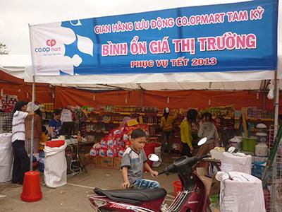 Co.opMart bán hàng bình ổn giá phục vụ tết tại Tiên Phước. Ảnh: THANH MINH